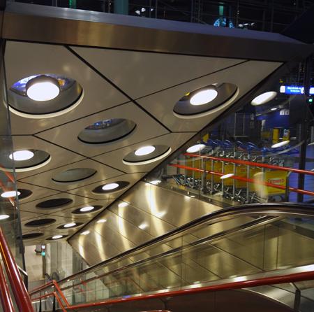 Dove si trova la stazione ferroviaria di Schiphol